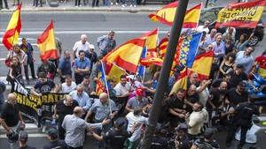 Manifestantes de ultraderechoa a las puertas del Teatro MIcalet de Valencia.