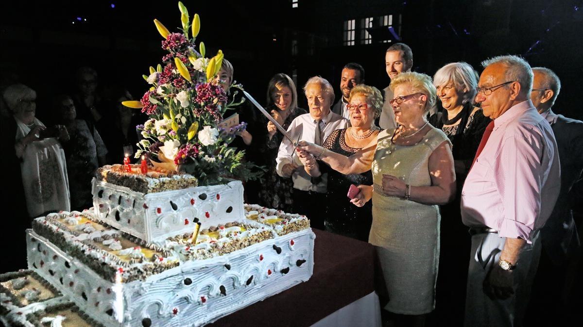 Les germanes Adalid tallen el pastís amb els seus marits.