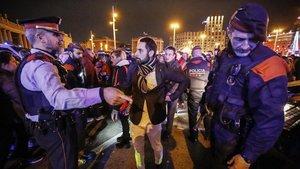 Seguridad en la entrada a la avenida de la Reina Maria Cristinadurante la Nochevieja del año pasado.