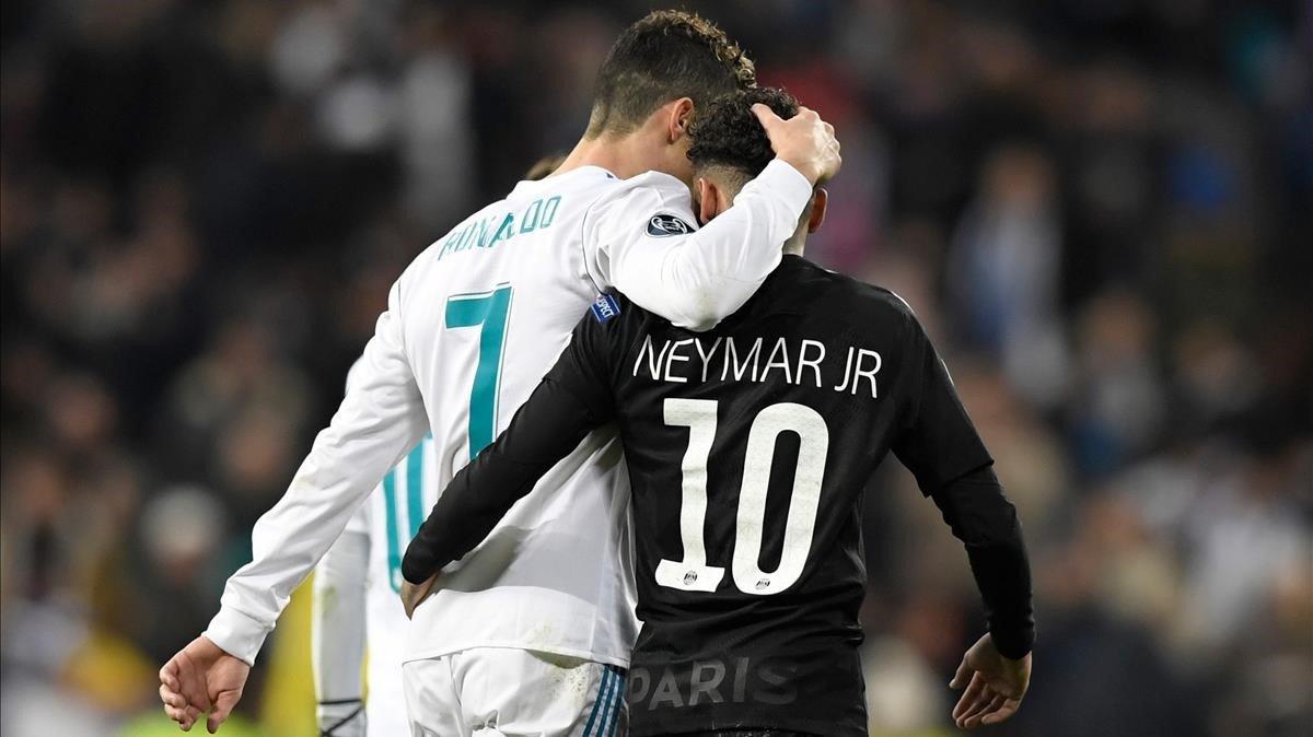El jugador del Real Madrid, Cristiano Ronaldo, y el jugador del PSG, Neymar, se abrazan en el Bernabeu durante un partido en febrero del 2018.