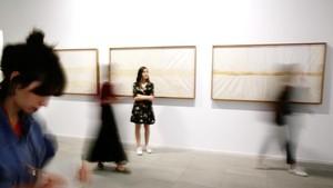 Uno de los espacios de la Fundació Suñol, con piezas de la serie Piel de boa de Patricio Vélez.