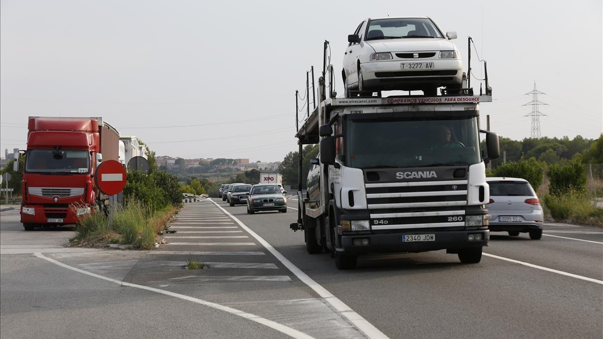 Camiones en la carretera N-340, en el tramo próximo a Vilafranca del Penedès, la semana pasada.