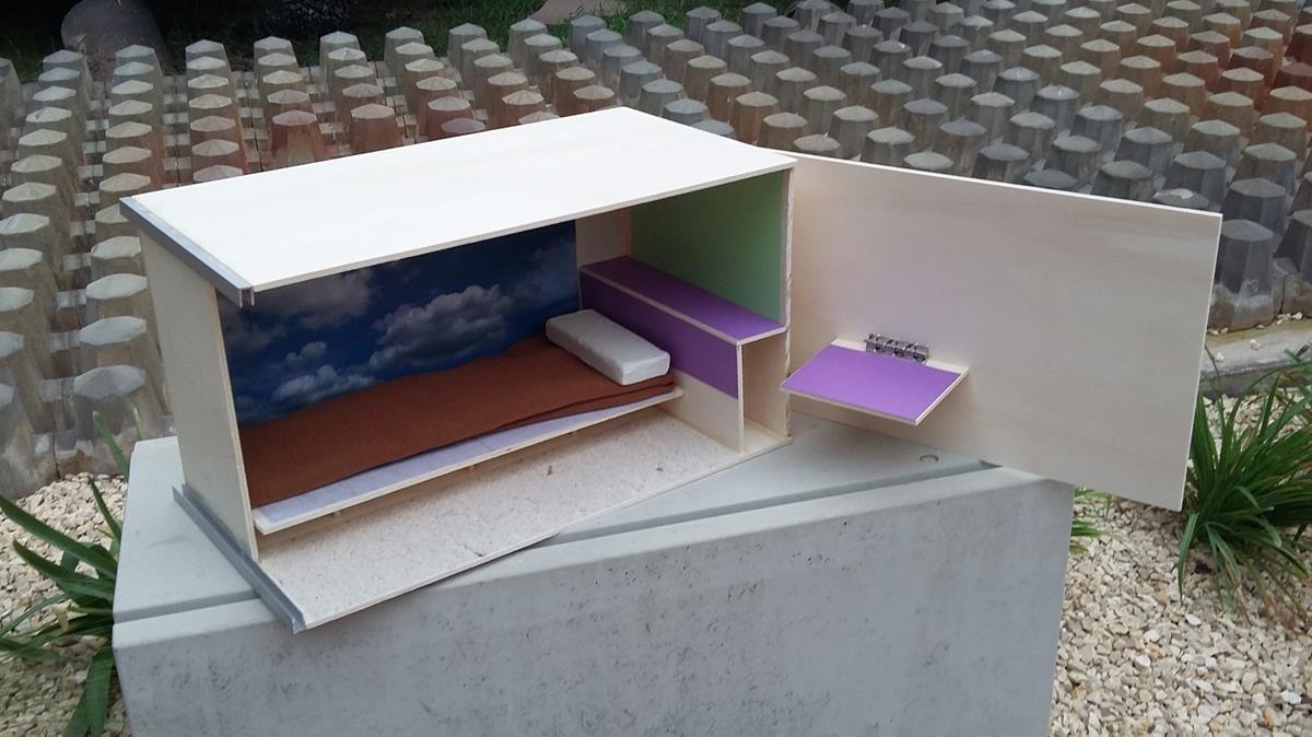 Maqueta en miniatura del prototipo de cama-cubilete para los pisos 'colmena' de Barcelona.