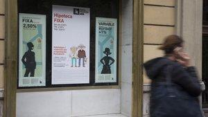 Carteles publicitarios de ofertas de hipotecas en una oficina bancaria.