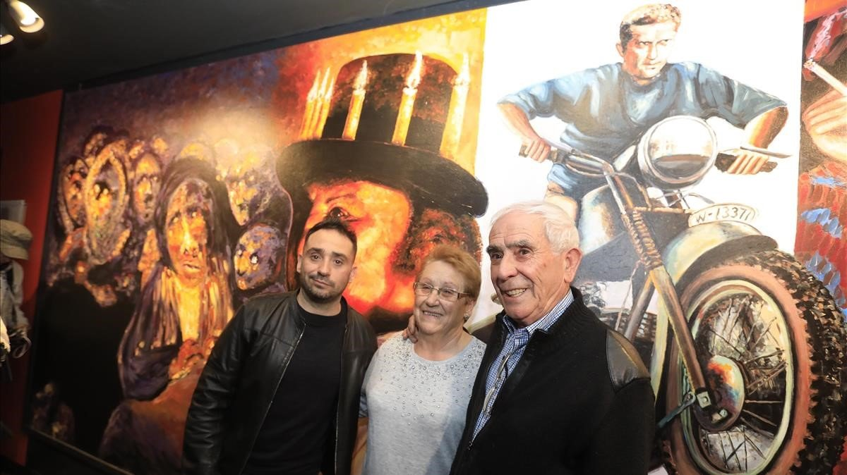 El director J. A.Bayona;su madre, PiedadBayona;y su padre, Juan Antonio García, ante el mural pintado por el últimoen los cines Verdi, de Barcelona.