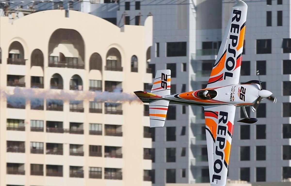 El español Juan Velarde maniobra su avión durante la ronda clasificatoria del Campeonato Mundial Red Bull Air Race en la capital de los Emiratos, Abu Dhabi.