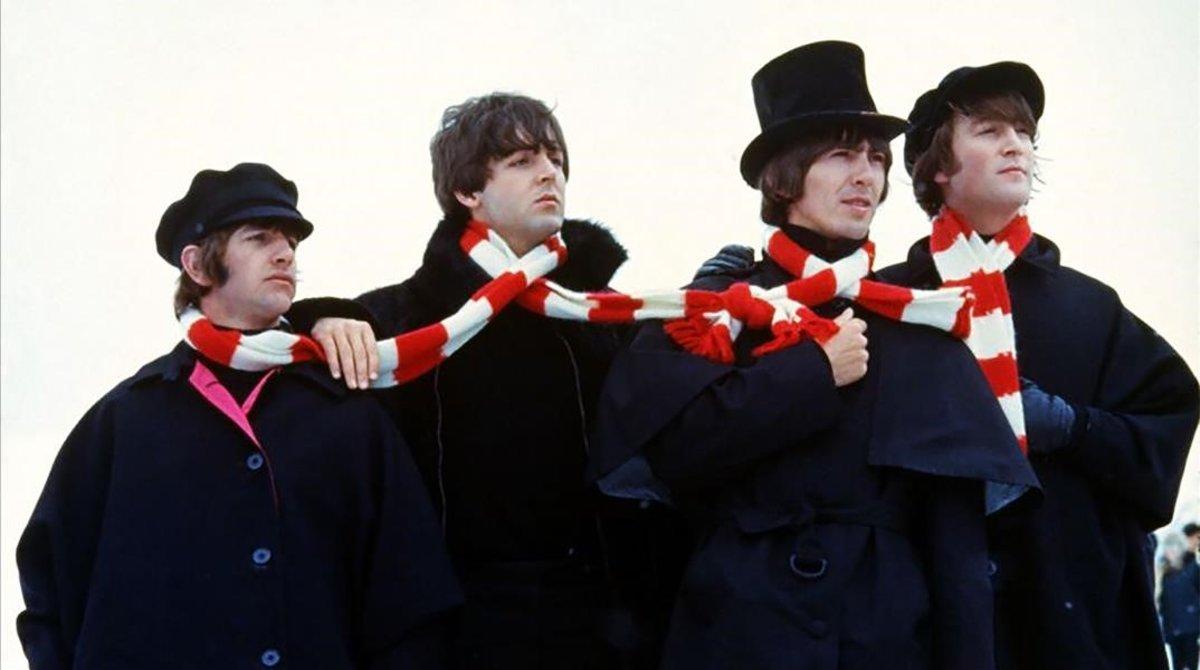 Los Beatles, con la bufanda rojiblanca en una escena de 'Help!'.