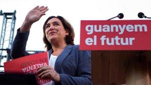 Colau, el jueves, emocionada en un acto en la plaza de Catalunya.