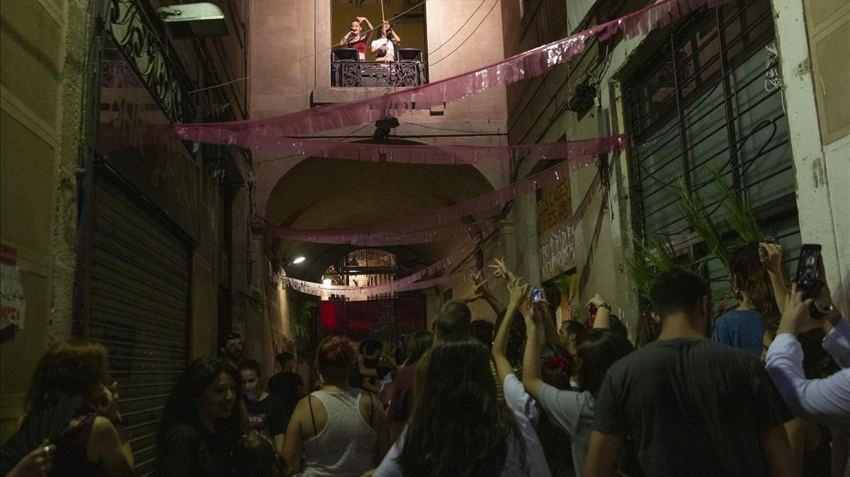 Santa Salut y La Tiguerita cantan desde el interior del bloque de la calle Hospital 99.
