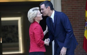 Pedro Sánchez saluda a la nueva presidenta de la Comisión Europea, Ursula von der Leyen, este miércoles en la Moncloa.