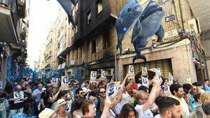 Concentración de vecinos de Gràcia contra el incendio provocado la madrugada del viernes en la calle de la Llibertat.