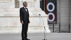 El tenor Andrea Bocelli durante el concierto que ofreció con motivo de la Pascua en la catedral de Milán.