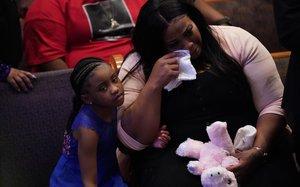 Gianna y su madre Roxie, durante el funeral de George Floyd.