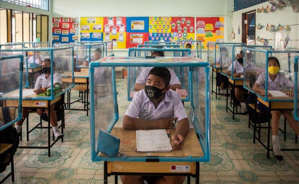 Vuelta al cole en Tailandia. Niños aislados en 'celdas' de plástico
