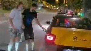 Captura del vídeo que muestra el inicio del robo al turista, de blanco.