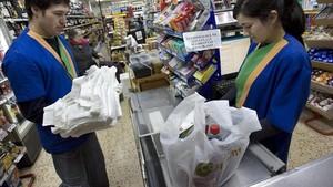 Todas las tiendas cobrarán por las bolsas de plástico a partir del 1 de julio