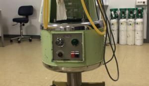El vetusto aparato colocado en la sala de prealtas de urgencias de La Paz.