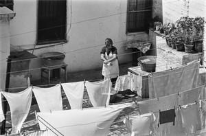 Una mujer tiende ropa en una azotea de la calleCarabassa(1966).