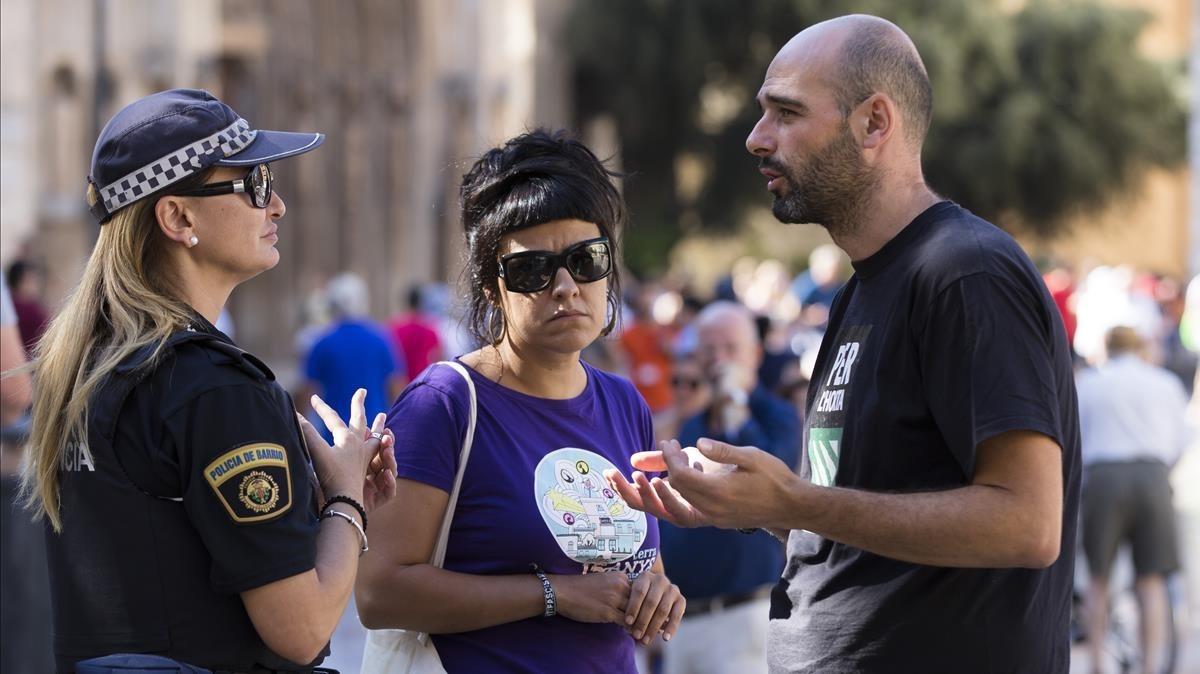 La diputada de la CUP, Anna Gabriel, es identificada por la policía municipal de València, este miércoles.