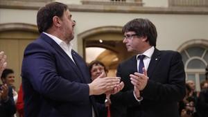 Oriol Junqueras y el president Puigdemont tras el pleno.