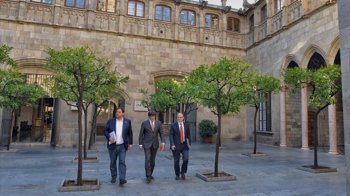 El vicepresidente del Govern, Oriol Junqueras; el president, Carles Puigdemont, y el conseller de Presidència, Jordi Turull, este martes.