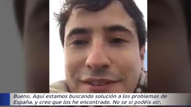Un civil graba un vídeo subido a un tanque dentro de un cuartel amenazando a Puigdemont e Iglesias