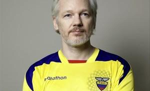 Julian Assange publica en Twitter su foto con la camiseta de la selección de Ecuador.