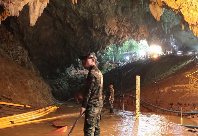 Operación de drenaje en la cueva de Tailandia