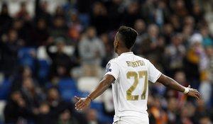 El madridista Rodrygo Goes celebra un gol ante la grada del Bernabéu.