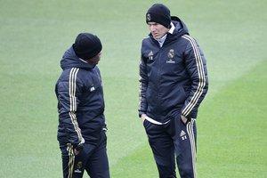 Zinedine Zidane (d) conversa con uno de sus asistentes en el último entrenamiento antes del Clásico.