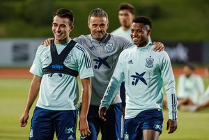 Eric García (i) durante su primer entrenamiento con la selección junto a Ansu Fati (d) y el seleccionador Luis Enrique.