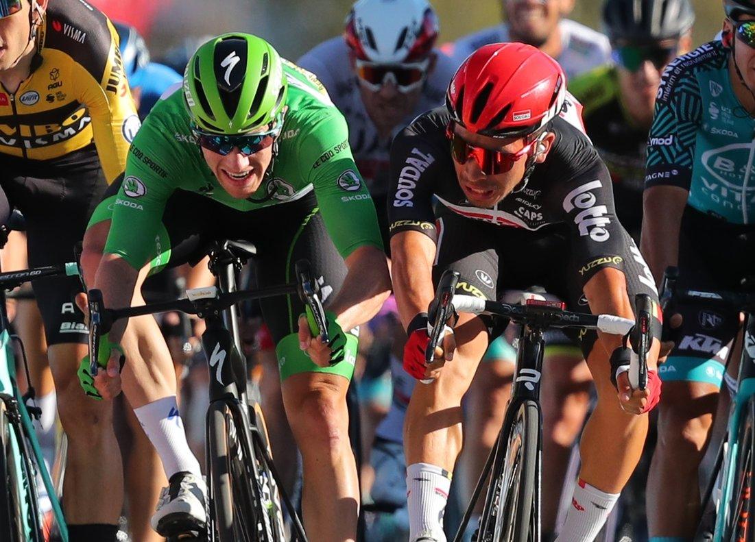 Caleb Ewan (d) se impone en el sprint de la etapa 11 del Tour.