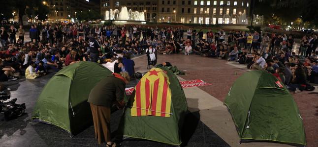 Asamblea y acampada en la plaza Catalunya de Barcelona en apoyo a la consulta del 9-N.