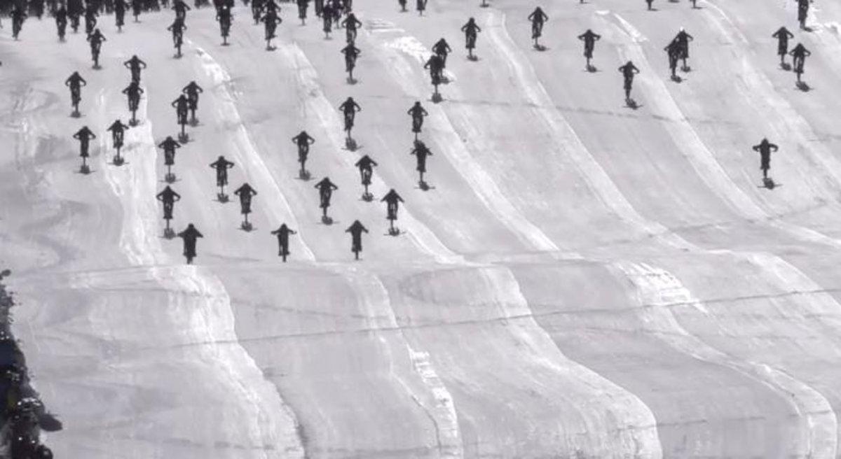 La caótica bajada de la Montaña del Infierno: centenares de ciclistas se van al suelo en Los Alpes