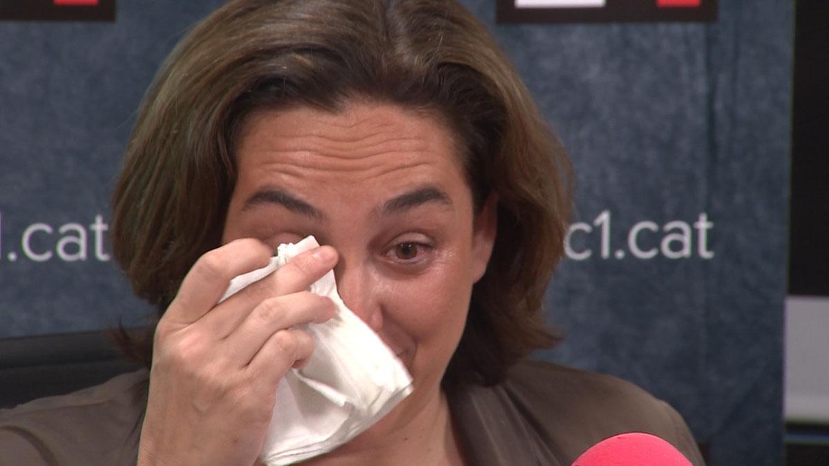 Ada Colau confiesa, entre lágrimas, que pensó en tirar la toalla.