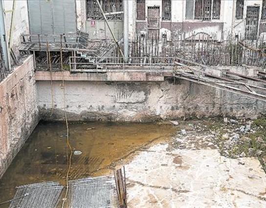 Agua estancada en el solar abandonado de la calle Princesa.