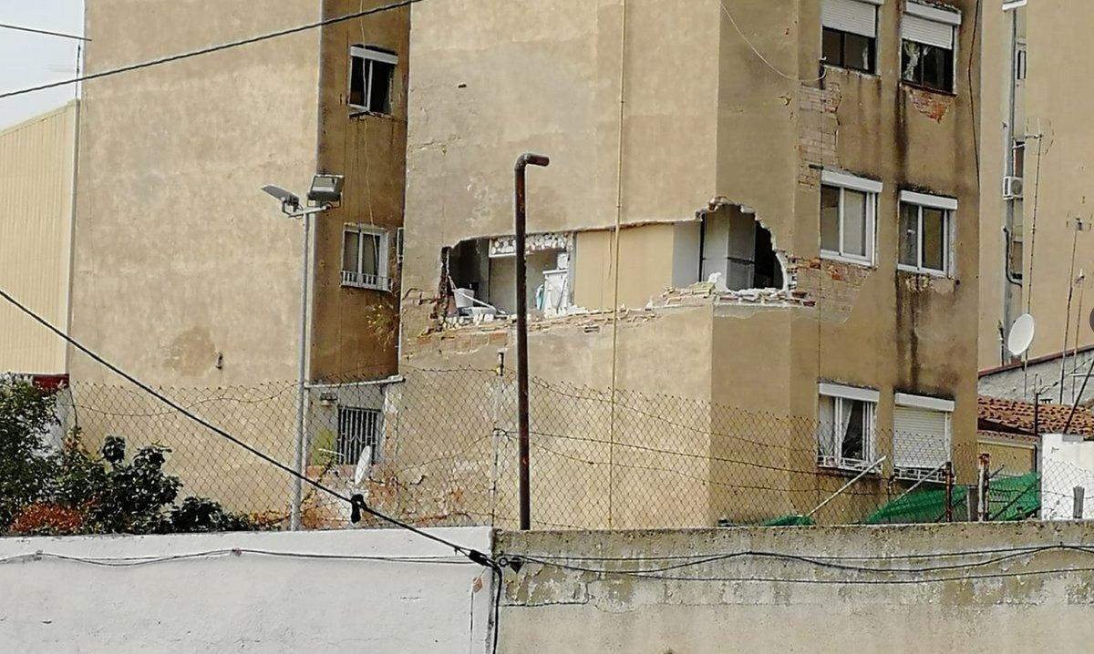 Agujero en edificio del barrio de la Salut de Badalona.