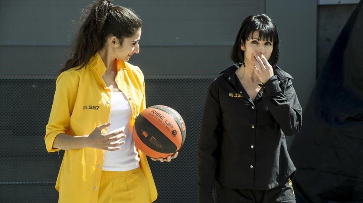 Alba Flores, con Najwa Nimri, en 'Vis a vis'.