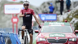 Alberto Contador dispara al aire al cruzar la meta del Angliru como ganador.