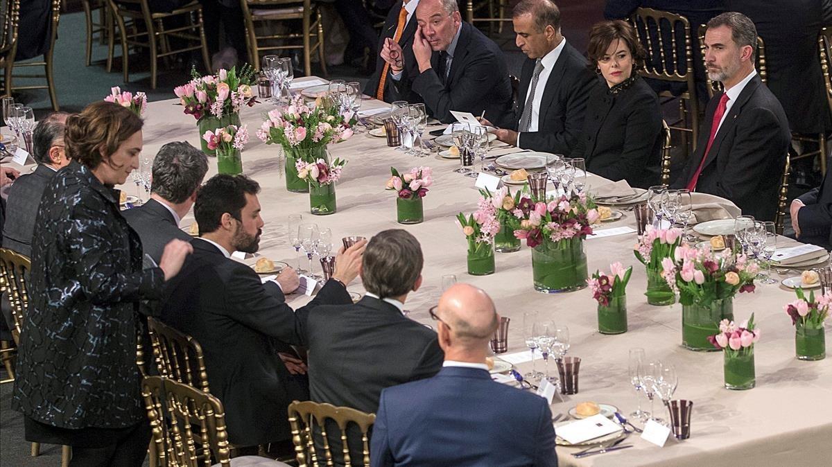 La alcaldesa y el Rey Felipe VI durante la cena de bienvenida del MWC.