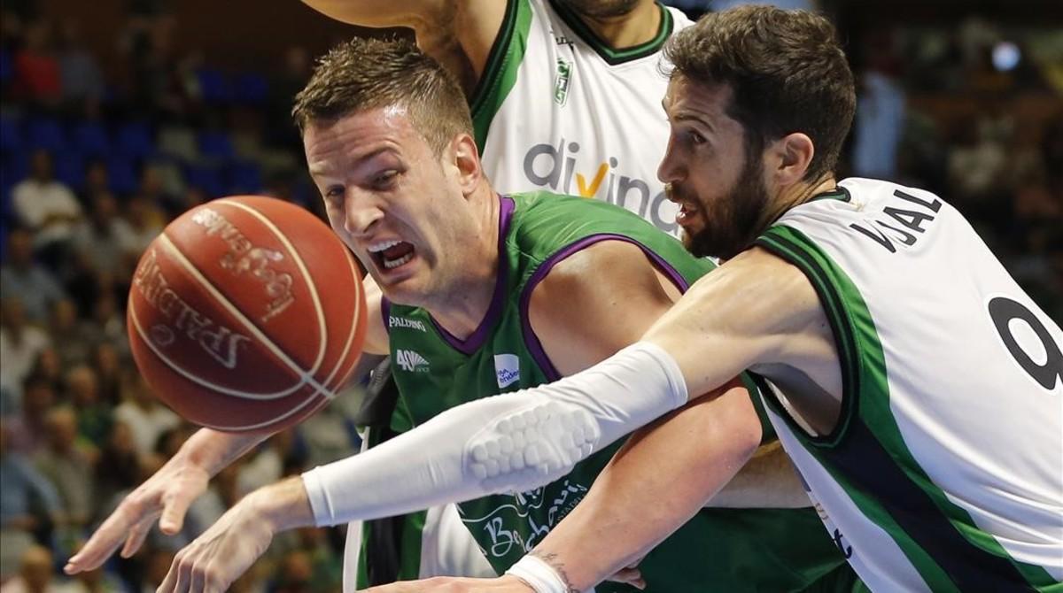 Alen Omic disputa un balon con el escolta del Divina Seguros Joventut Sergi Vidal.