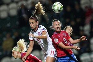 Alexia Putellas intenta rematar de cabeza ante la oposición de Sedlackova en una acción del partido