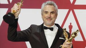 Alfonso Cuarón, con los tres Oscar que conquistó gracias a su película 'Roma'