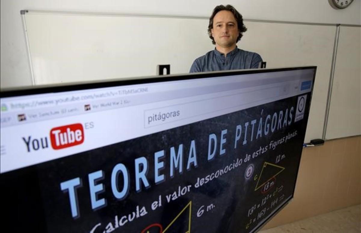 Álvaro Reverte compagina la docencia presencial con su canal virtual Clasemáticas.