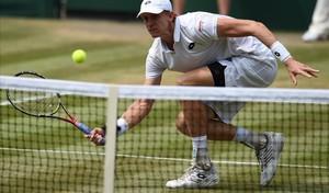 Anderson devuelve un bote pronto ante Isner en Wimbledon.