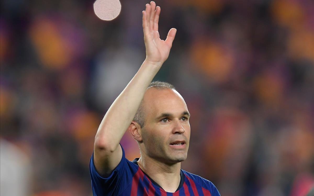 Andrés Iniesta saluda desde el campo en su despedida tras 22 años en el Barcelona