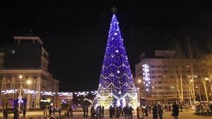Árbol de Navidad para celebrar en el centro de Donetsk.