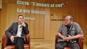 Arnaldo Otegi, durante su acto en el Ateneu Barcelonès, con David Fernàndez.