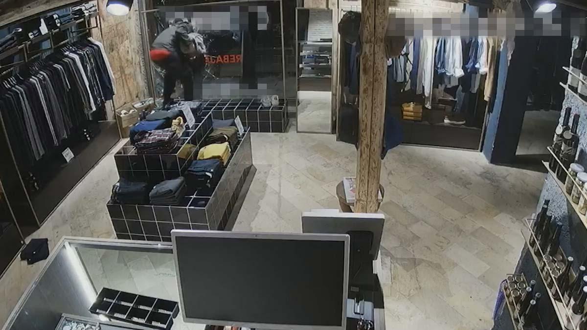 Así robaba un ladrón en tiendas de Barcelona.