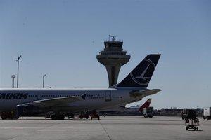 Un avión en la pista del Aeropuerto de Barajas.